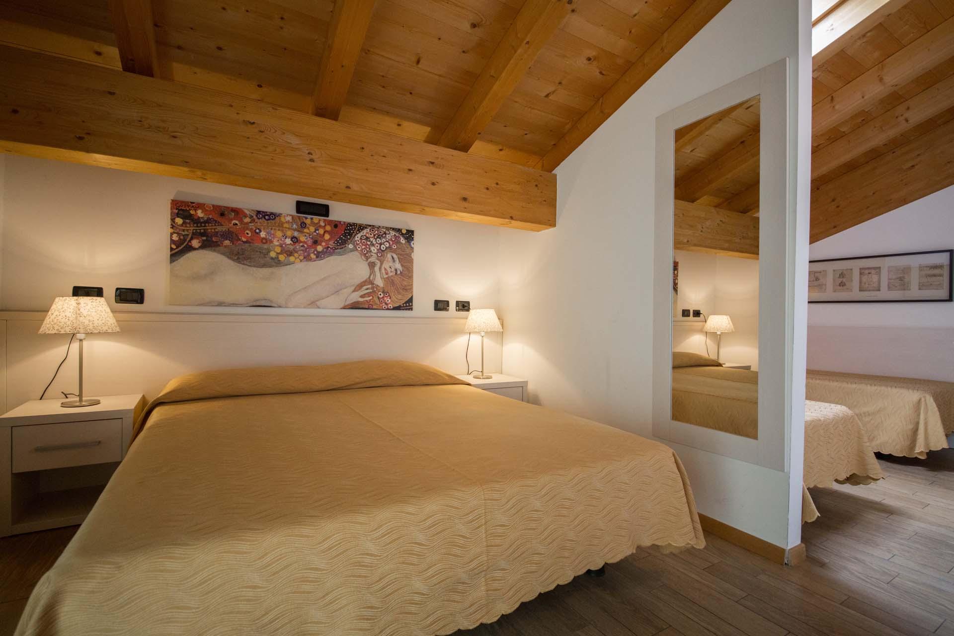 <b>Camere luminose dotate di ogni comfort per la tue vacanze in Val Breguzzo</b>